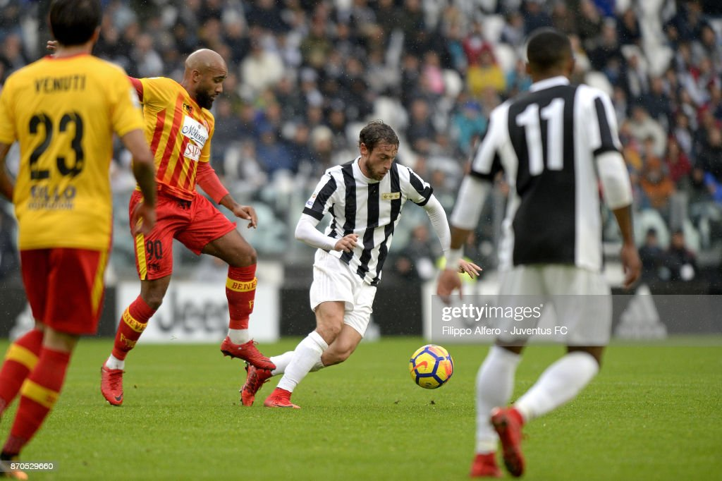 Claudio Marchisio of Juventus and Samuel Armenteros of Benevento compete for the ball during the Serie A match between Juventus and Benevento Calcio on November 5, 2017 in Turin, Italy.