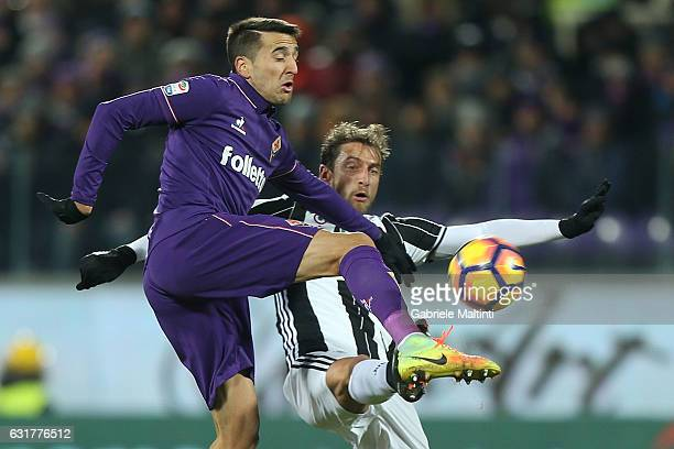 Claudio Marchisio of Juventus FC in action agasint Matias Vecino of ACF Fiorentina during the Serie A match between ACF Fiorentina and Juventus FC at...