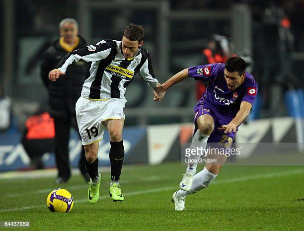 Claudio Marchisio of Juventus fights for the ball with Manuel Pasqual of Fiorentina during the Serie A match between FC Juventus and ACF Fiorentina...