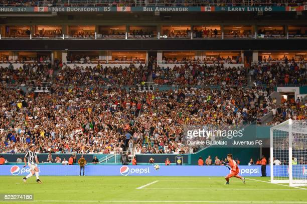 Claudio Marchisio scores 23 goal during the International Champions Cup 2017 match between Juventus and Paris Saint Germain at Hard Rock Stadium on...