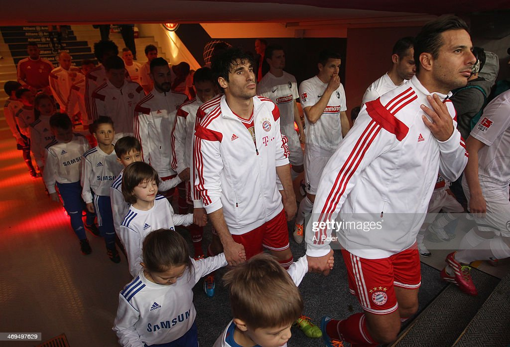 <a gi-track='captionPersonalityLinkClicked' href=/galleries/search?phrase=Claudio+Pizarro&family=editorial&specificpeople=217807 ng-click='$event.stopPropagation()'>Claudio Pizarro</a> (R), Javier Martinez (2ndR) and the their teammates line up in the tunnel for the Bundesliga match between FC Bayern Muenchen and SC Freiburg at Allianz Arena on February 15, 2014 in Munich, Germany.
