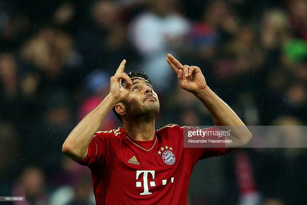 <a gi-track='captionPersonalityLinkClicked' href=/galleries/search?phrase=Claudio+Pizarro&family=editorial&specificpeople=217807 ng-click='$event.stopPropagation()'>Claudio Pizarro</a> of Bayern Muenchen celebrates scoring the fifth goal during the Bundesliga match between FC Bayern Muenchen and Hamburger SV at Allianz Arena on March 30, 2013 in Munich, Germany.