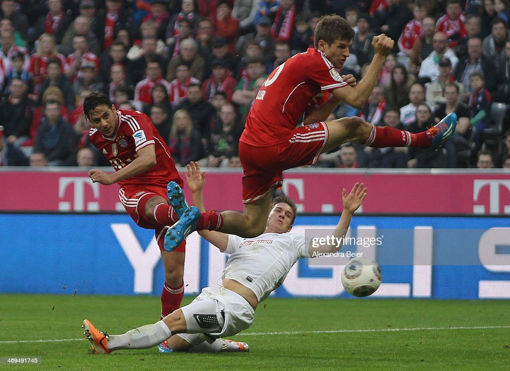 <a gi-track='captionPersonalityLinkClicked' href=/galleries/search?phrase=Claudio+Pizarro&family=editorial&specificpeople=217807 ng-click='$event.stopPropagation()'>Claudio Pizarro</a> (L) of Bayern Muenchen scores a goal next to his teammate <a gi-track='captionPersonalityLinkClicked' href=/galleries/search?phrase=Thomas+Mueller&family=editorial&specificpeople=5842906 ng-click='$event.stopPropagation()'>Thomas Mueller</a> (R) during the Bundesliga match between FC Bayern Muenchen and SC Freiburg at Allianz Arena on February 15, 2014 in Munich, Germany.