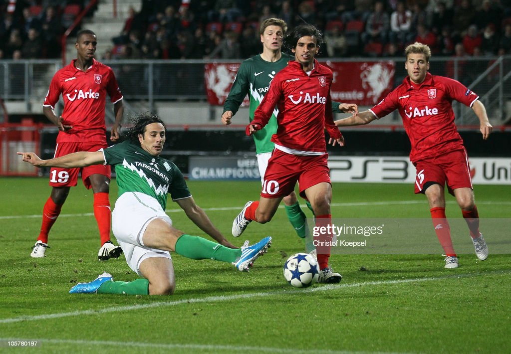 Claudio Pizarro of Bremen misses a ball against Douglas of Enschede Bryan Ruiz and Rasmus Bengtsson of Enschede during the UEFA Champions League...