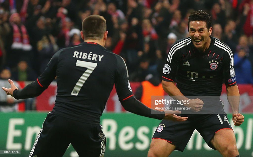 <a gi-track='captionPersonalityLinkClicked' href=/galleries/search?phrase=Claudio+Pizarro&family=editorial&specificpeople=217807 ng-click='$event.stopPropagation()'>Claudio Pizarro</a> (R) of Muenchen celebrates scoring the second team goal with his team mate <a gi-track='captionPersonalityLinkClicked' href=/galleries/search?phrase=Franck+Ribery&family=editorial&specificpeople=490869 ng-click='$event.stopPropagation()'>Franck Ribery</a> during the UEFA Champions League group F match between FC Bayern Muenchen and LOSC Lille at Allianz Arena on November 7, 2012 in Munich, Germany.