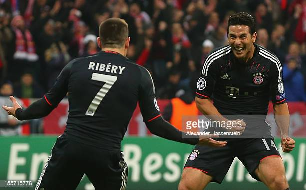 Claudio Pizarro of Muenchen celebrates scoring the second team goal with his team mate Franck Ribery during the UEFA Champions League group F match...