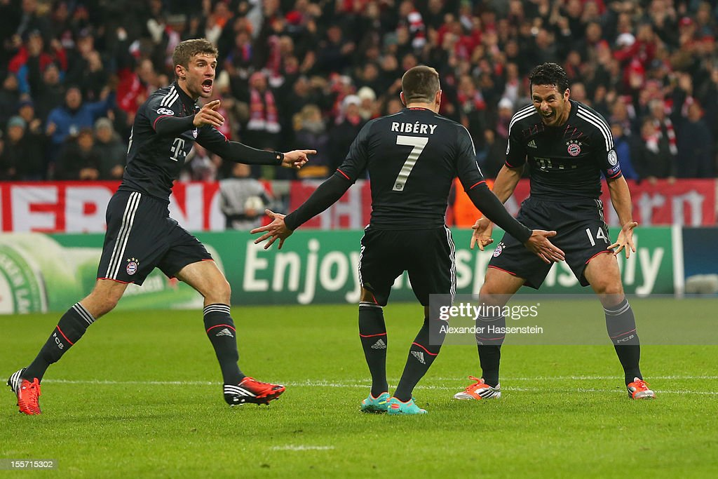 <a gi-track='captionPersonalityLinkClicked' href=/galleries/search?phrase=Claudio+Pizarro&family=editorial&specificpeople=217807 ng-click='$event.stopPropagation()'>Claudio Pizarro</a> (R) of Muenchen celebrates scoring the second team goalwith his team mates Franck Ribery (C) and Thomas Mueller during the UEFA Champions League group F match between FC Bayern Muenchen and LOSC Lille at Allianz Arena on November 7, 2012 in Munich, Germany.