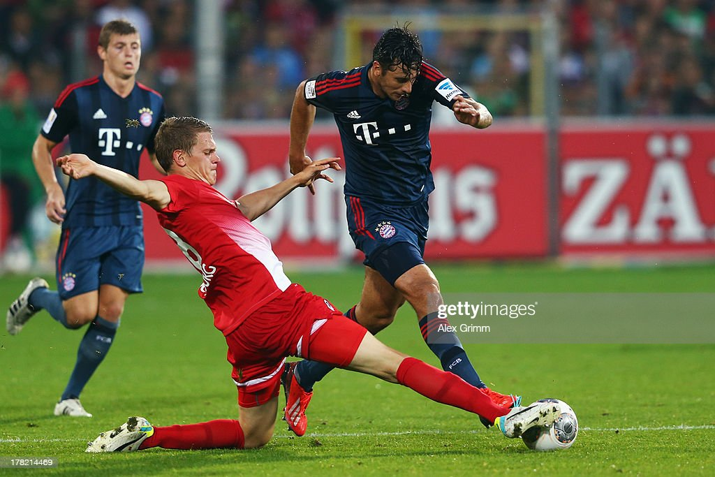 <a gi-track='captionPersonalityLinkClicked' href=/galleries/search?phrase=Claudio+Pizarro&family=editorial&specificpeople=217807 ng-click='$event.stopPropagation()'>Claudio Pizarro</a> (R) of Muenchen is challenged by Matthias Ginter of Freiburg during the Bundesliga match between SC Freiburg and FC Bayern Muenchen at MAGE SOLAR Stadium on August 27, 2013 in Freiburg im Breisgau, Germany.