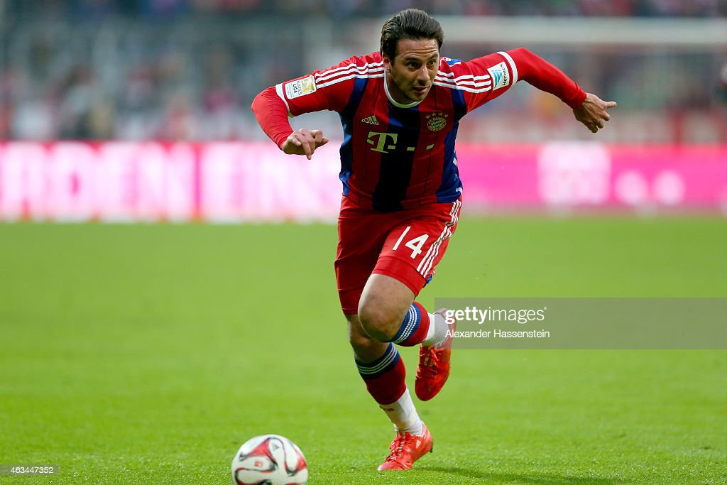 <a gi-track='captionPersonalityLinkClicked' href=/galleries/search?phrase=Claudio+Pizarro&family=editorial&specificpeople=217807 ng-click='$event.stopPropagation()'>Claudio Pizarro</a> of Muenchen runs with the ball during the Bundesliga match between FC Bayern Muenchen and Hamburger SV at Allianz Arena on February 14, 2015 in Munich, Germany.
