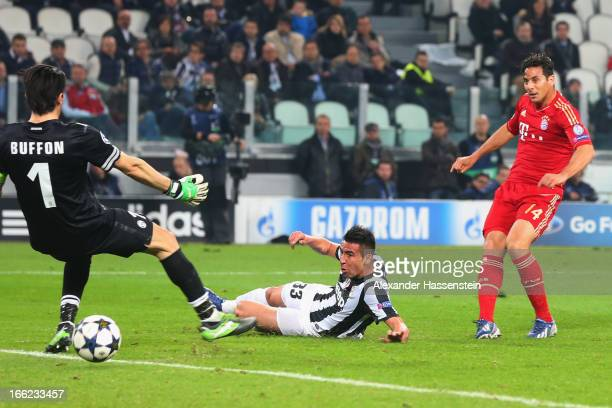 Claudio Pizarro of Munich scores the 2nd team goal during the UEFA Champions League quarterfinal second leg match between Juventus and FC Bayern...