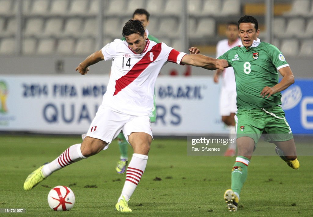 <a gi-track='captionPersonalityLinkClicked' href=/galleries/search?phrase=Claudio+Pizarro&family=editorial&specificpeople=217807 ng-click='$event.stopPropagation()'>Claudio Pizarro</a> (R) of Peru fights for the ball with <a gi-track='captionPersonalityLinkClicked' href=/galleries/search?phrase=Jose+Luis+Chavez&family=editorial&specificpeople=5481885 ng-click='$event.stopPropagation()'>Jose Luis Chavez</a> (L) of Bolivia during a match between Peru and Bolivia as part of the 18th round of the South American Qualifiers at Nacional Stadium on October 15, 2013 in Lima, Peru.