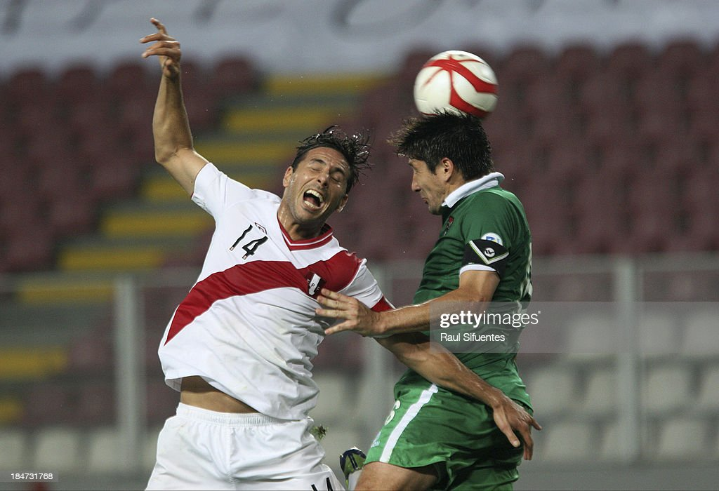 <a gi-track='captionPersonalityLinkClicked' href=/galleries/search?phrase=Claudio+Pizarro&family=editorial&specificpeople=217807 ng-click='$event.stopPropagation()'>Claudio Pizarro</a> (L) of Peru fights for the ball with <a gi-track='captionPersonalityLinkClicked' href=/galleries/search?phrase=Ronald+Raldes&family=editorial&specificpeople=771201 ng-click='$event.stopPropagation()'>Ronald Raldes</a> (R) of Bolivia during a match between Peru and Bolivia as part of the 18th round of the South American Qualifiers at Nacional stadium on October 15, 2013 in Lima, Peru.