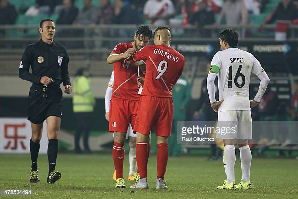 Claudio Pizarro of Peru gives his captain´s armband to Paolo Guerrero during the 2015 Copa America Chile quarter final match between Peru and Bolivia...