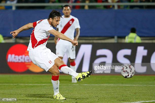 Claudio Pizarro of Peru shoots to score during the 2015 Copa America Chile Group C match between Peru and Venezuela at Elías Figueroa Brander Stadium...