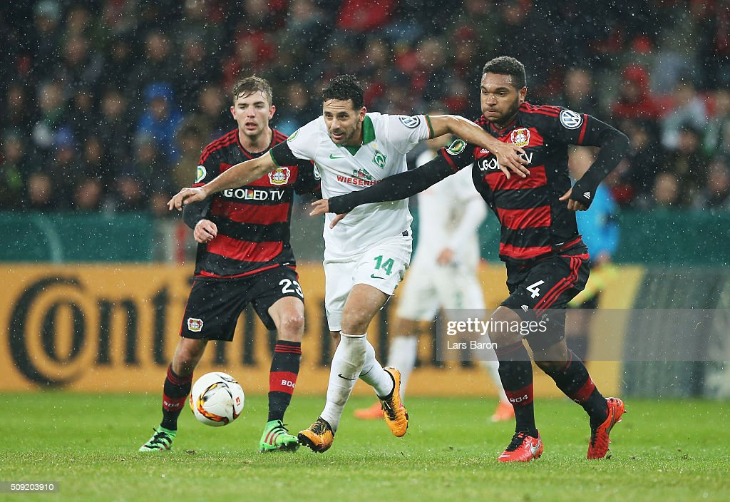 <a gi-track='captionPersonalityLinkClicked' href=/galleries/search?phrase=Claudio+Pizarro&family=editorial&specificpeople=217807 ng-click='$event.stopPropagation()'>Claudio Pizarro</a> of Werder Bremen holds off <a gi-track='captionPersonalityLinkClicked' href=/galleries/search?phrase=Jonathan+Tah&family=editorial&specificpeople=7917859 ng-click='$event.stopPropagation()'>Jonathan Tah</a> of Bayer Leverkusen during the DFB Cup Quarter Final match between Bayer Leverkusen and Werder Bremen at BayArena on February 9, 2016 in Leverkusen, Germany.