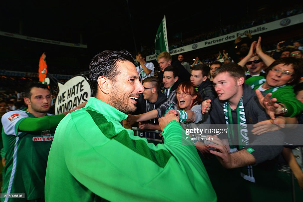 <a gi-track='captionPersonalityLinkClicked' href=/galleries/search?phrase=Claudio+Pizarro&family=editorial&specificpeople=217807 ng-click='$event.stopPropagation()'>Claudio Pizarro</a> of Werder Bremen shakes hands with fans after a 6:2 victory in the Bundesliga match between Werder Bremen and VfB Stuttgart at Weserstadion on May 2, 2016 in Bremen, Germany.