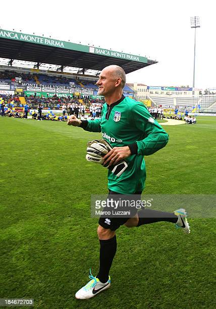 Claudio Taffarel of Stelle Gialloblu salutes the crowd before the 100 Years Anniversary match between Stelle Crociate and US Stelle Gialloblu at...