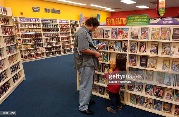 Claudio Torres and Augustina Luna pick out a Spanishlanguage rental movie at a Blockbuster Video store November 19 2002 in the Little Havana section...