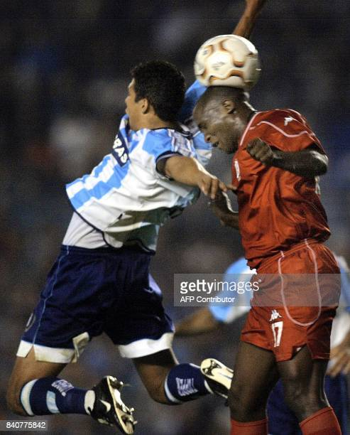 Claudio Ubeda of Argentina's Racing Club fights for the ball with Leonardo Moreno of Colombia's América de Cali 13 May 2003 during their Copa...