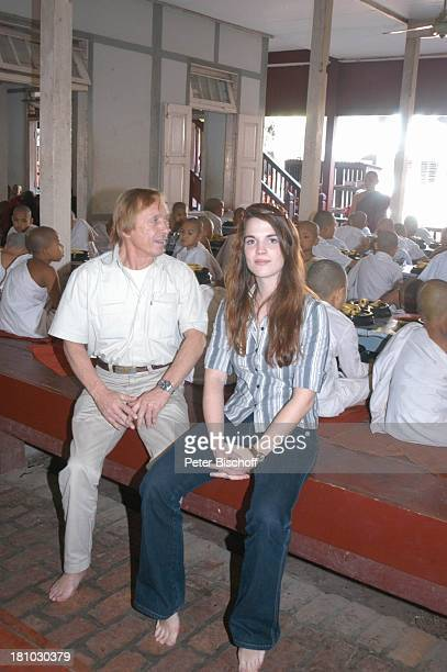 Claus Theo Gärtner Sarah Wuergler Urlaub Tagondine/Mandalay/Myanmar Kloster Kinder Saal Holzbank Sitzbank Bank Freundin Lebensgefährtin Schauspieler...