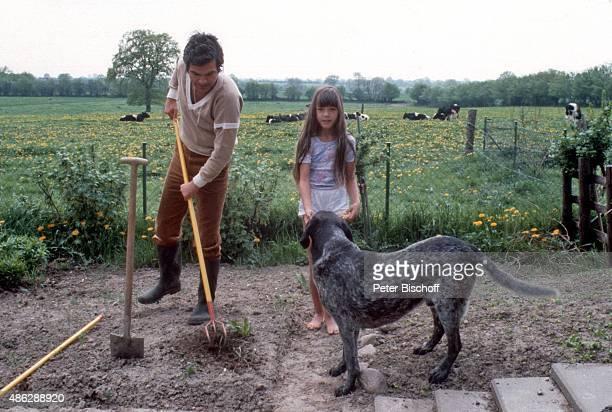 'Claus Wilcke Tochter Alexandra Homestory bei der Gartenarbeit beim Unkrautjäten im Garten am in Hamburg Deutschland '