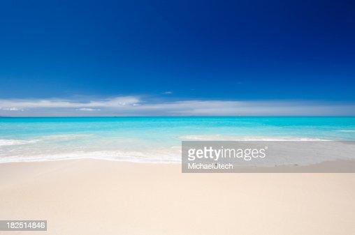 Clean White playa caribeña con cielo azul