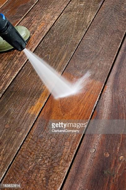 Reinigung Patio Holzdielen mit einem Druck Schlauch