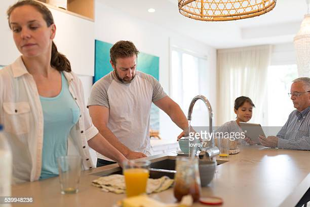 Limpieza de la cocina después del desayuno