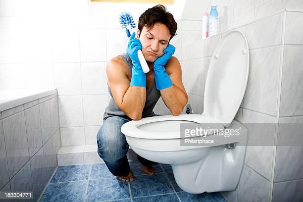 Reinigung junger Mann im Badezimmer
