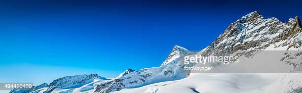 Strahlend blauen Himmel über schneebedeckte Berggipfel Jungfrau Alpen Schweiz