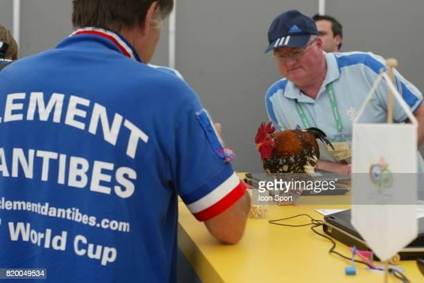 Clement d'Antibes et le Coq BALTHAZAR au centre d'Accreditation France / Togo Coupe du Monde 2006