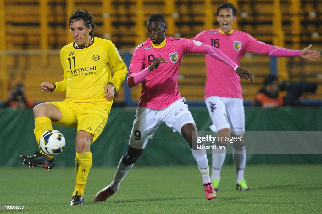 Cleo #11 of Kashiwa Reysol (L) and Bernie Ibini-isei #9 of Central Coast Mariners compete for the ball during the AFC Champions League Group H match between Kashiwa Reysol and Central Coast Mariners at Hitachi Kashiwa Soccer Stadium on March 13, 2013 in Kashiwa, Chiba, Japan.