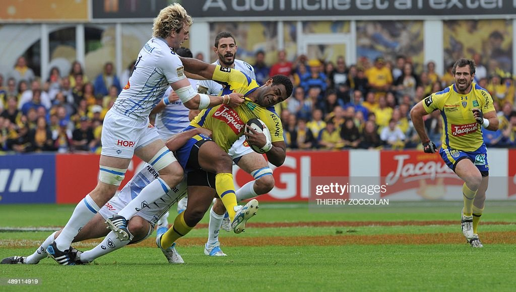 ASM Clermont Fijian winger Napolioni Nalaga (C) is tackled by Castres Scottish lock Richie Gray (L) during the Top 14 play-off quarter final rugby union match ASM Clermont vs Castres Olympique at the Michelin stadium in Clermont-Ferrand, central France, on May 10, 2014.
