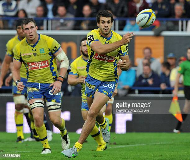 Clermont's Argentinan flyhalf Patricio Fernandez passes the ball during the French Union Rugby match ASM Clermont vs Union Bordeaux Bègles at the...