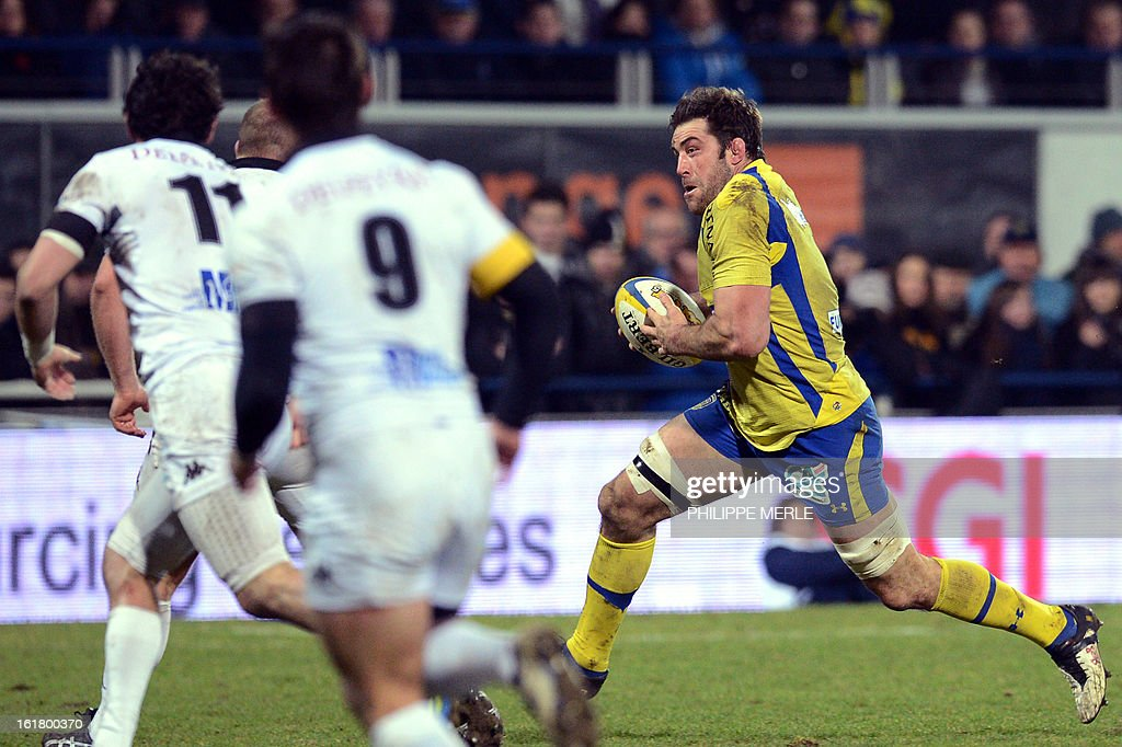 Clermont's Canadian lock Jamie Cudmore (R) runs with the ball during the French Top 14 rugby union match between Clermont-Ferrand and Mont-de-Marsan on February 16, 2013 at the Marcel Michelin Stadium in Clermont-Ferrand.