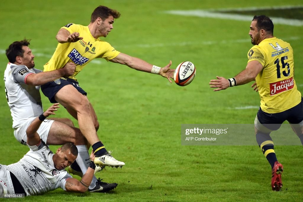 Clermont's centre Damian Penaud (L) passes the ball to Clermont's South African-French fullback Scott Spedding during the French Top 14 rugby union match Stade Toulousain vs Clermont Auvergne at the Ernest-Wallon stadium in Toulouse on October 8, 2017. /