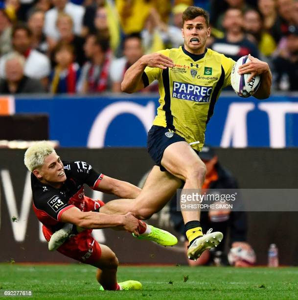 Clermont's centre Damien Penaud avoids a tackle during the French Top 14 rugby union final match Clermont vs Toulon on June 4 2017 at the Stade de...