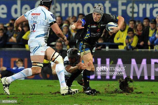 Clermont's centre Jonathan Davies runs with the ball during the EuropeanChampions Cup rugby union match Clermont vs Exeter at the Michelin stadium in...