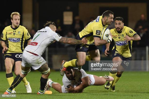TOPSHOT Clermont's English fullback Scott Spedding vies with Pau's players during the French Top 14 rugby match ASM Clermont versus Pau on March 18...