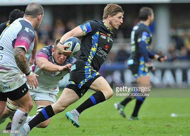 Clermont's English winger David Strettle breaks away from Ospreys' players to score a try during the European Rugby Champions Cup Clermont vs Ospreys...