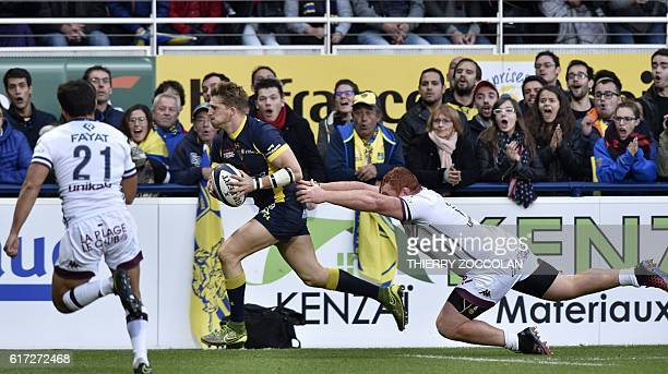 Clermont's English winger David Strettle scores a try during the European Rugby Champions Cup rugby match between Clermont and Bordeaux Begles at the...