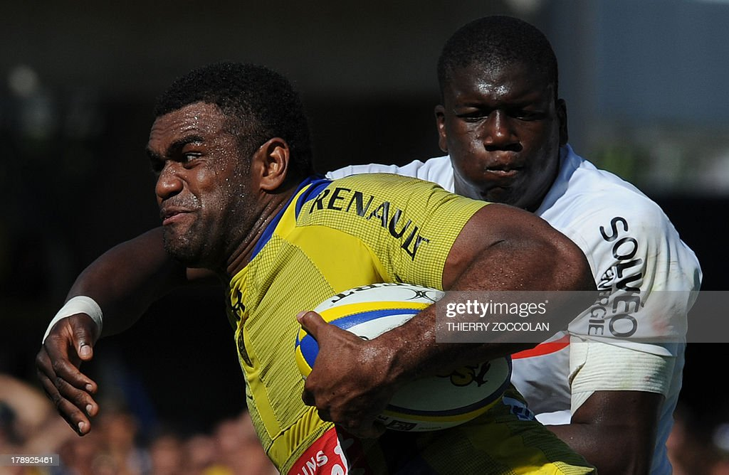 Clermont's Fidji winger Napolioni Nalaga (L) runs with the ball during the French Top 14 rugby union match ASM Clermont Auvergne vs Stade Toulousain on August 31, 2013 at the stadium Marcel Michelin in Clermont-Ferrand, central France.