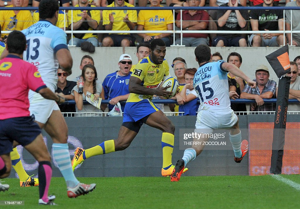 Clermont's Fidji winger Noa Nakaitaci (C) runs to score a try during the French Top 14 rugby union match ASM Clermont Auvergne vs Aviron Bayonnais Rugby on September 4, 2013 at the stadium Marcel Michelin in Clermont-Ferrand, central France.