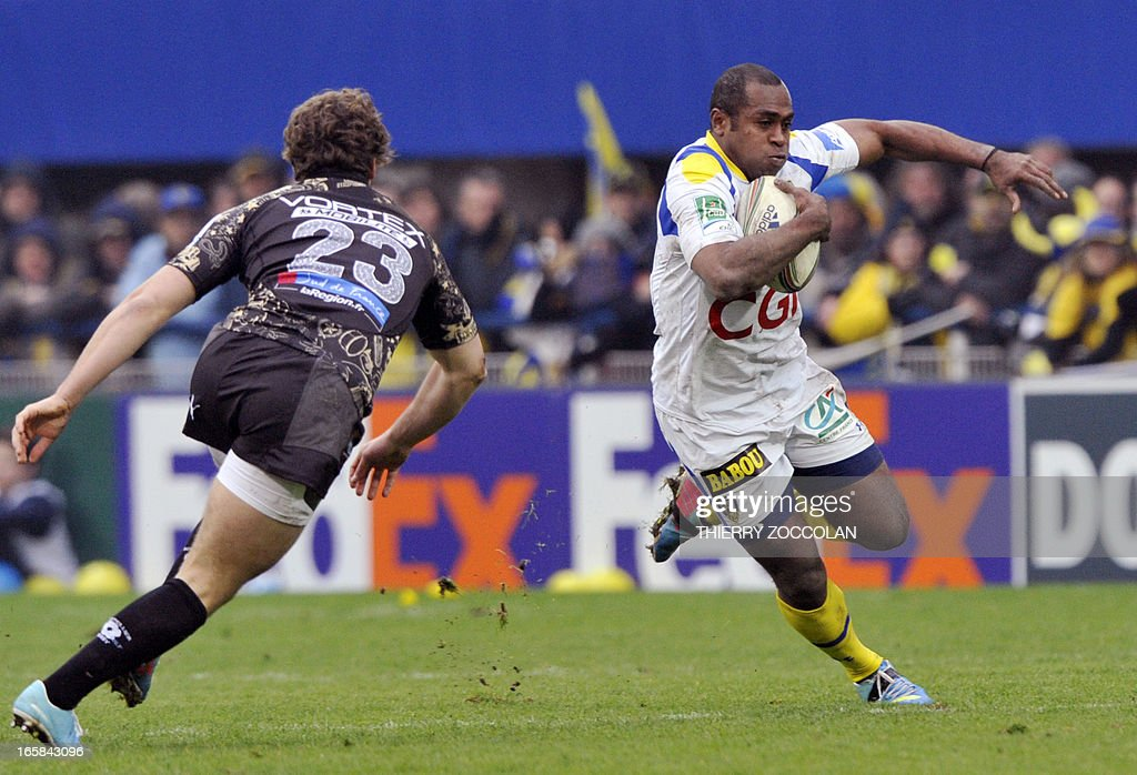 Clermont's Fijian winger Sitiveni Sivivatu (R) escapes a tackle during the European Cup rugby union match ASM Clermont-Auvergne vs Montpellier Herault Rugby at the Marcel Michelin stadium on April 6, 2013 in Clermont-Ferrand, central France.