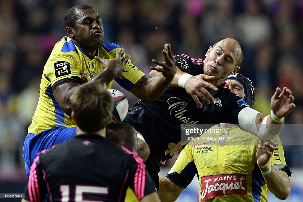 Clermont's Fijian winger Sitiveni Sivivatu (L) vies with Paris' Italian number 8 and captain Sergio Parisse (R) during the French Top 14 rugby Union match Stade Francais vs Clermont on September 8, 2013 at the Jean Bouin stadium in Paris.