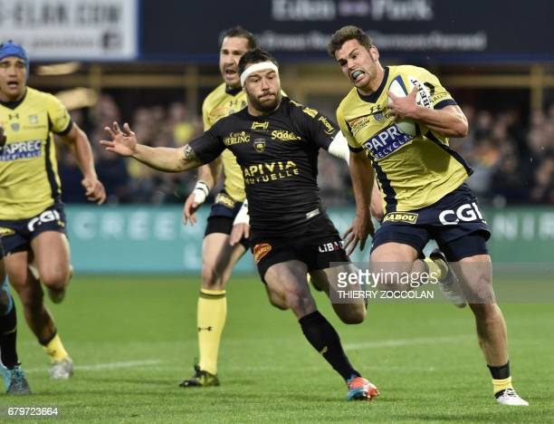 Clermont's French centre Damian Penaud runs to score a try during the French Union Rugby match between ASM Clermont and La Rochelle at the Michelin...