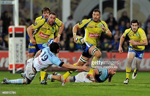 Clermont's French flanke Damien Chouly evades challenges by Bayonne players during the French Union Rugby match between ASM Clermont and AV Bayonne...