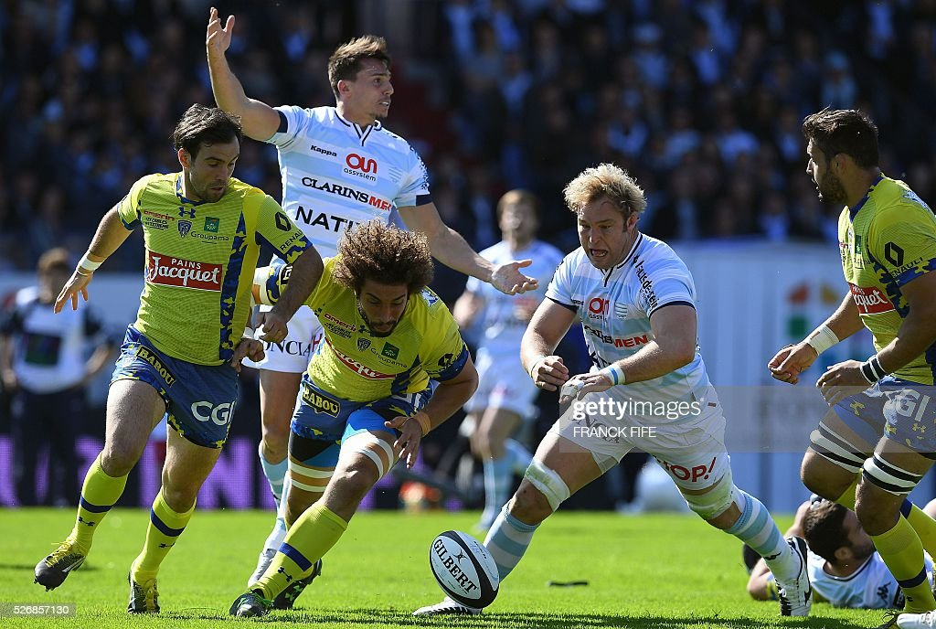 Clermont's French flanker Camille Gerondeau (L) and Racing Metro 92 South African Number Eight Antonie Claassen (R) eye the ball during the French Top 14 rugby union match between Racing Metro 92 vs Clermont at Yves du Manoir stadium in Colombes on May 1, 2016. / AFP / FRANCK