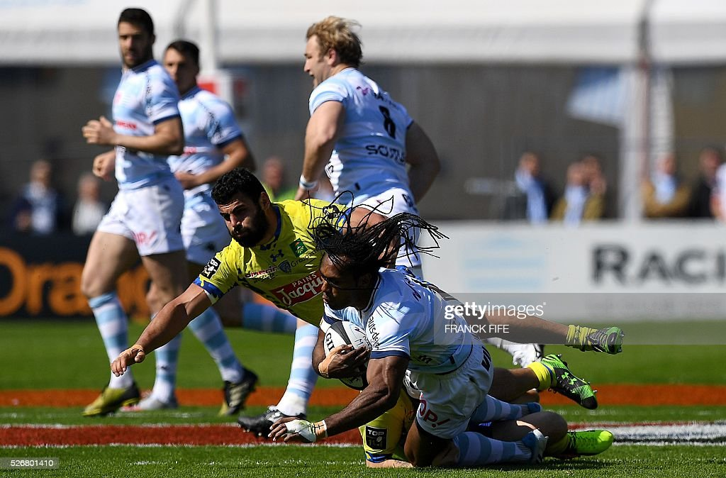 Clermont's French flanker Damien Chouly (rear C) tackles Racing 92 Fidji's inside centre Albert Vulivuli (front C) during the French Top 14 rugby union match between Racing 92 and Clermont at Yves du Manoir stadium in Colombes on May 1, 2016. / AFP / FRANCK