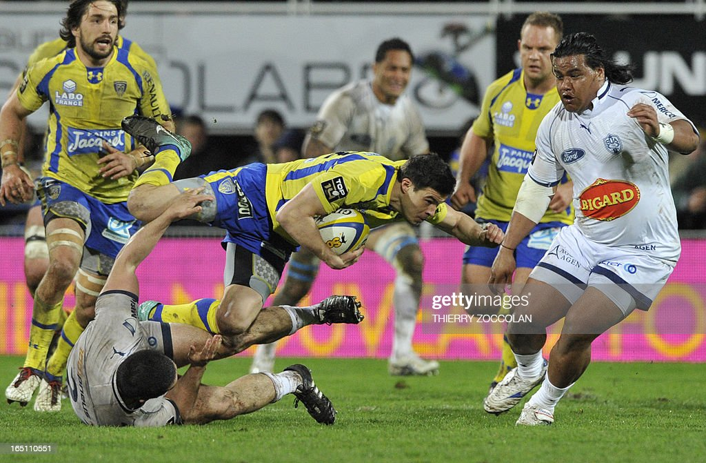 Clermont's French fullback Anthony Floch (C) runs with the ball during the French Top 14 rugby union match ASM Clermont Auvergne vs. US Agen at the Marcel Michelin stadium on March 30, 2013 in Clermont-Ferrand.